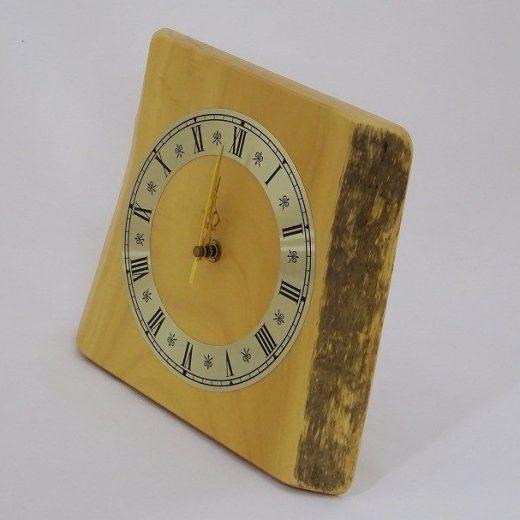 置いても掛けても使える栃の木の電波時計
