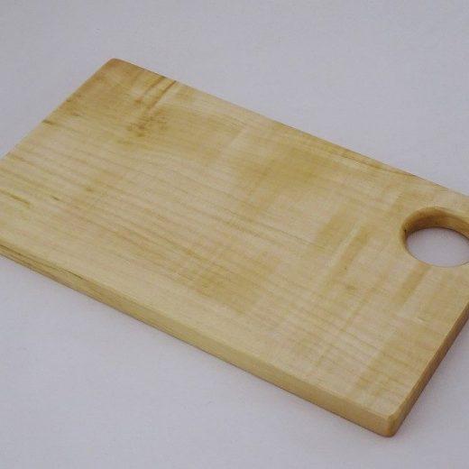 フック穴の開いた栃の木のカッティングボード