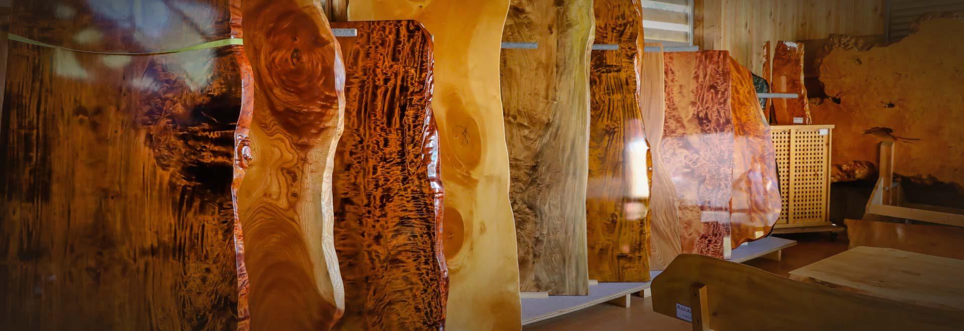 自然木(本物無垢)を素材とした、栃輪切りテーブルや家具・こね鉢等の木工品が所狭しと並んでいます。
