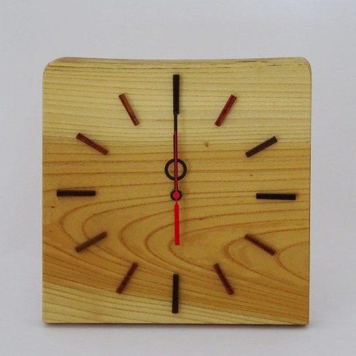 置いても掛けても使えるケヤキの電波時計