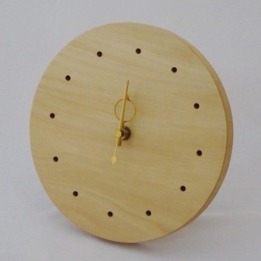 置いても掛けても使える丸い栃の木の時計