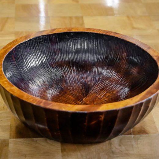 漆塗りで仕上げた秋山木鉢